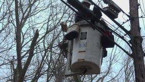 Homem que faz o trabalho de serviço público em um caminhão da cubeta video estoque