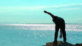 Homem que faz o treinamento do esporte perto do beira-mar para o ajuste e a vida saudável video estoque