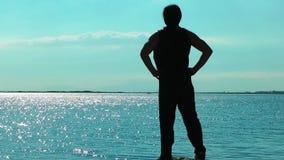 Homem que faz o treinamento do esporte perto do beira-mar para o ajuste e a vida saudável vídeos de arquivo