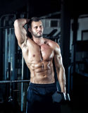Homem que faz ondas do bíceps foto de stock