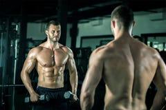 Homem que faz ondas do bíceps imagens de stock royalty free