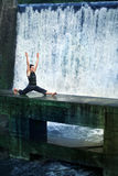 Homem que faz os splits na natureza Fotos de Stock Royalty Free