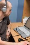 Homem que faz Podcast Fotografia de Stock