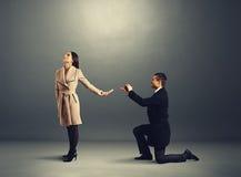 Homem que faz a proposta de união a mulher Imagem de Stock