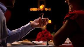 Homem que faz a proposta durante a noite romântica no restaurante, dia de Valentim do st foto de stock royalty free