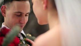 Homem que faz a proposta ou a oferta da união Recém-casados noivo e noiva em pares românticos da floresta nevado no amor stylish vídeos de arquivo