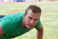 Homem que faz push-ups Fotos de Stock