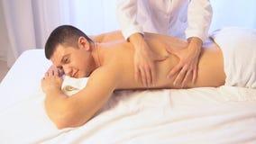 Homem que faz a saúde dos termas da massagem vídeos de arquivo