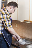 Homem que faz tarefas de agregado familiar Foto de Stock Royalty Free