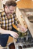 Homem que faz tarefas de agregado familiar Foto de Stock