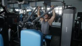 Homem que faz um exercício em seus ombros video estoque