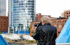 Homem que fotografa a cidade em Michigan Foto de Stock Royalty Free