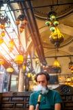 Homem que fuma o cachimbo de água turco Fotos de Stock