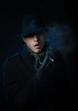 Homem que fuma a pena eletrônica do cachimbo de água Fotografia de Stock Royalty Free