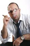 Homem que fuma um cigarro Imagens de Stock Royalty Free