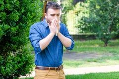 Homem que funde seu nariz fora, tendo o problema com alergia fotos de stock royalty free
