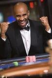 Homem que ganha na tabela da roleta Imagens de Stock Royalty Free