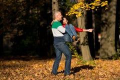 Homem que gira sua amiga Fotografia de Stock Royalty Free