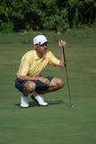 Homem que Golfing com camisa amarela Imagens de Stock
