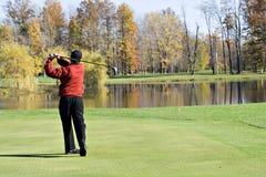 Homem que Golfing na queda Fotos de Stock Royalty Free