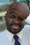 Homem que golpeia sua cabeça Fotografia de Stock Royalty Free