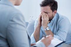 Homem que grita durante a psicoterapia fotografia de stock royalty free