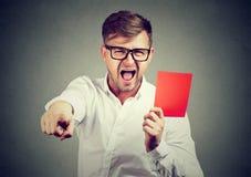 Homem que grita e que dá o cartão vermelho foto de stock