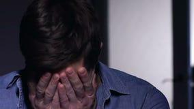 Homem que grita no desespero, filha que olha atrás incertamente, para não saber ajudar vídeos de arquivo