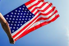 Homem que guarda a bandeira nacional dos EUA Comemorando o Dia da Independência de América 4 de julho Imagens de Stock Royalty Free