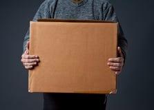 Homem que guarda a caixa de cartão Foto de Stock