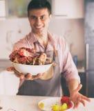 Homem que guarda a carne preparada para a repreens?o imagens de stock royalty free
