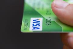 Homem que guarda cartões de crédito bancário do visto Imagens de Stock Royalty Free