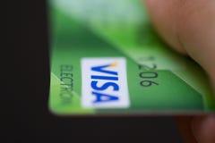 Homem que guarda cartões de crédito bancário do visto Imagens de Stock