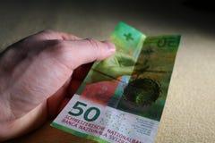 Homem que guarda cinqüênta francos suíços Imagem de Stock Royalty Free