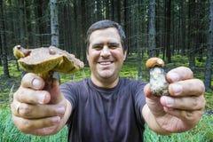 homem que guarda cogumelos imagem de stock