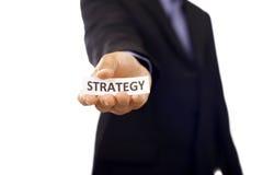 Homem que guarda de papel com texto da estratégia Foto de Stock