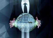 Homem que guarda a esfera do código binário Imagem de Stock