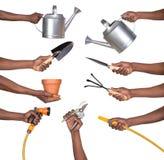 Homem que guarda ferramentas de jardinagem Imagens de Stock Royalty Free