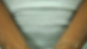 Homem que guarda a flor em suas mãos Imagem de Stock Royalty Free