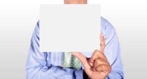 Homem que guarda o cartão Fotografia de Stock Royalty Free