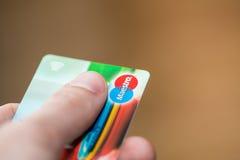 Homem que guarda o cartão de crédito sem contato dos maestros Fotografia de Stock Royalty Free