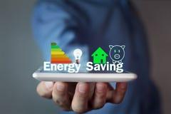 Homem que guarda o conceito de poupança de energia fotografia de stock