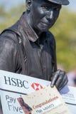 Homem que guarda o grande cheque como o prêmio para a competição de vencimento imagem de stock royalty free