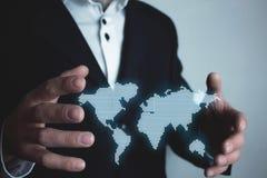 Homem que guarda o mapa do mundo da ilustração Conce internacional do negócio Foto de Stock Royalty Free