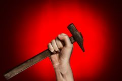 Homem que guarda o martelo sobre o vermelho Fotografia de Stock