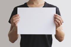 Homem que guarda o papel A4 branco horizontalmente Imagens de Stock Royalty Free
