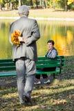 Homem que guarda o ramalhete das folhas Foto de Stock Royalty Free