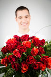 Homem que guarda o ramalhete das rosas imagens de stock
