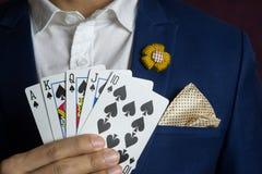 Homem que guarda o resplendor reto real do cartão Imagens de Stock Royalty Free