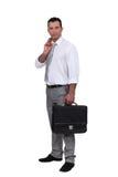 Homem que guarda o revestimento sobre o ombro Imagens de Stock